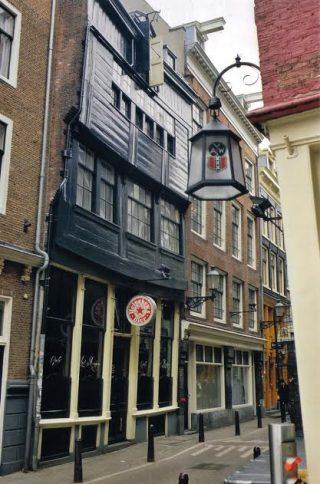 """Café """"In't Aepjen"""", Zeedijk 1, Amsterdam. Bron: http://straatkaart.nl"""