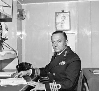 Piet de Jong als commandant van Hr.Ms. Gelderland, 1958-1959 (cc - Defensie)