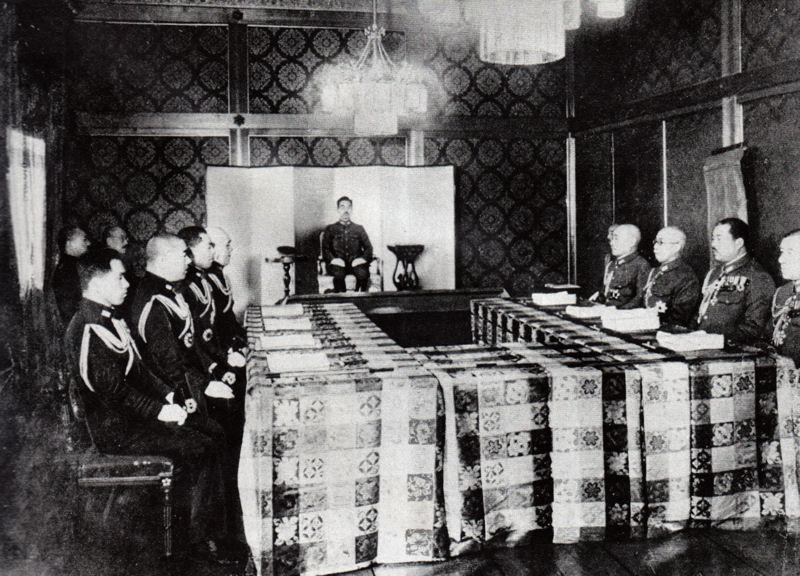 Hirohito tijdens een vergadering, 1943