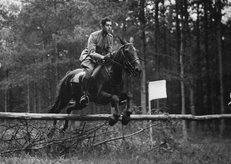 George springt over een hindernis tijdens de Cavaleriemanoeuvres te Amersfoort. Juli 1937. J.M.L. Maduro familiearchief