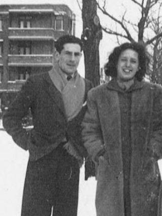 George met Corrie Weltevreede in de sneeuw buiten het huis op Wassenaarscheweg 98. Den Haag, januari 1942. Privécollectie Tiel-Weltevreede