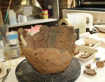 De urnen worden gereconstrueerd door een medewerker van Team Archeologie van de gemeente Zutphen