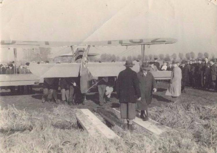 ECAL - Duits vliegtuig na een noodlanding op de grens