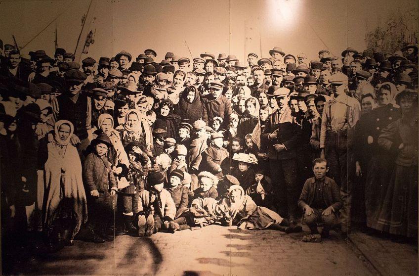 Emigranten voor vertrek met de Holland-Amerika Lijn