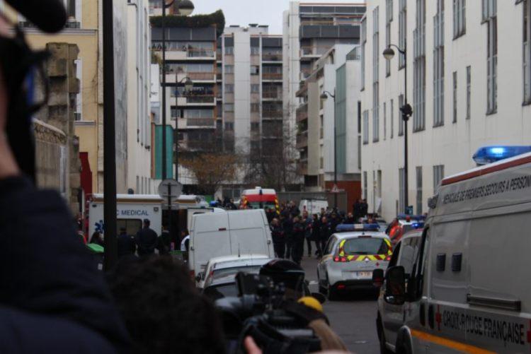 Politie bij het kantoor van Charlie Hebdo, kort na de aanslag - cc