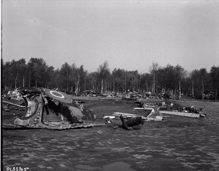 Terrein bezaaid met wrakstukken vliegtuigmateriaal collectie (collectie Canadian Forces Joint Imagery Centre)