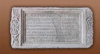 Inscripties op de graftombe van Lucius Artorius Castus. De tombe is teruggevonden in Podstrana, aan de Dalmatische kust in Kroatië. De vertaling van de Latijnse tekst luidt als volgt: 'Aan de geesten van hen die heengegaan zijn, Lucius Artorius Castus, centurio van het III Legio Gallica, ook centurio van het VI Legio Ferrata, ook centurio van het II Legio Adiutrix, ook centurio van het V Legio Macedonica, ook primus pilus van hetzelfde legioen, praepositus van het classis Misenatium, praefectus van het VI Legio Victrix, dux van de legioenen van cohorten van de cavalerie vanuit Britannia tegen de Armoricanen, procurator centenarius van de provincie Liburnia, met de macht doodstraffen uit te vaardigen, die dit in zijn leven zelf heeft gemaakt voor zichzelf en zijn familie, ligt hier begraven.' (Bron: http://hotspots.net.hr/en/2014/08/legend-of-king-arthur-lives-in-podstrana/2016).