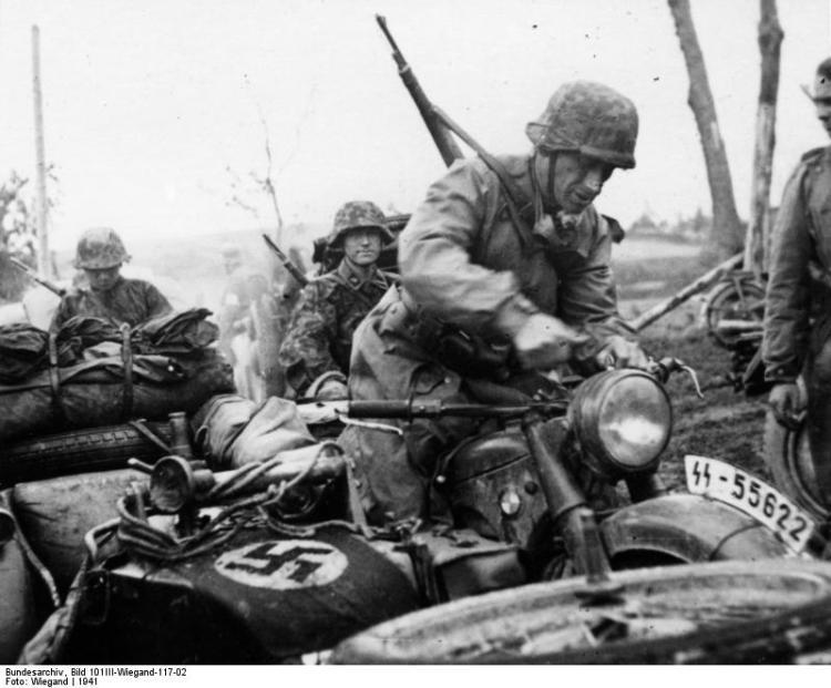 Waffen-SS soldaten in de Baltische staten. Bron: Bundesarchiv
