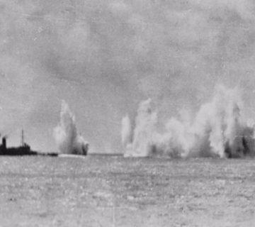 HMS Exeter onder vuur tijdens de Slag in de Javazee