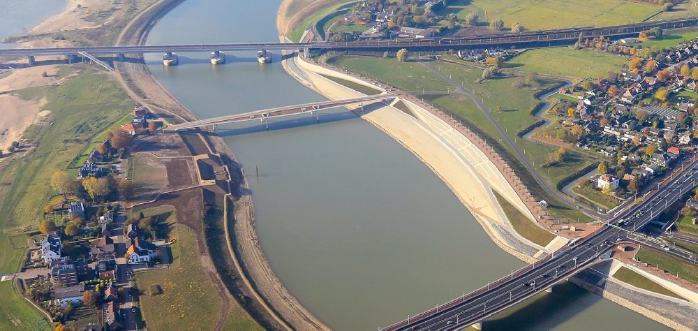 Luchtfoto met links Fort Knodsenburg (Gemeente Nijmegen)