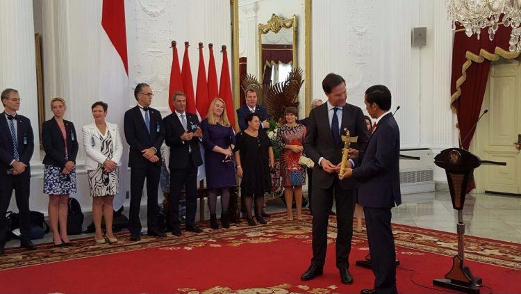 Premier Rutte overhandigt de kris aan de Indonesische president Joko Widodo
