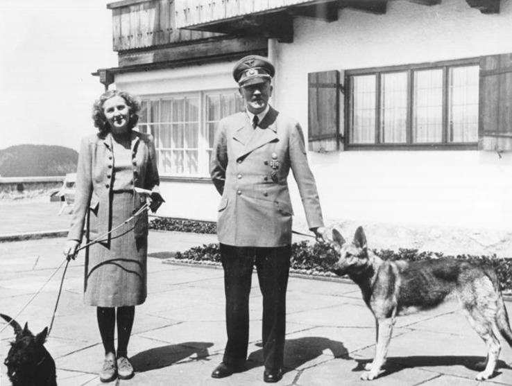 Adolf Hitler en Eva Braun bij de bergresidentie van de Führer, de Berghof op de Obersalzberg. (Bundesarchiv, fotograaf onbekend)