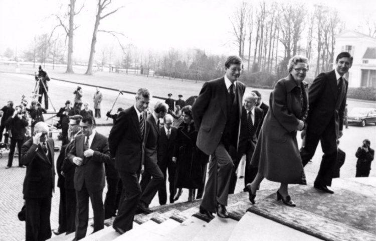 De ministers van het kabinet-Van Agt I en koningin Juliana verlaten de trappen van het bordes van Paleis Soestdijk na het laten maken van de traditionele persfoto's. (cc - Nationaal Archief - Anefo)
