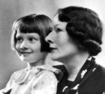 Audrey en haar moeder Ella van Heemstra, 1930-1935. AUDREY HEPBURN FAMILY PHOTO COLLECTION: COPYRIGHT © 2016.