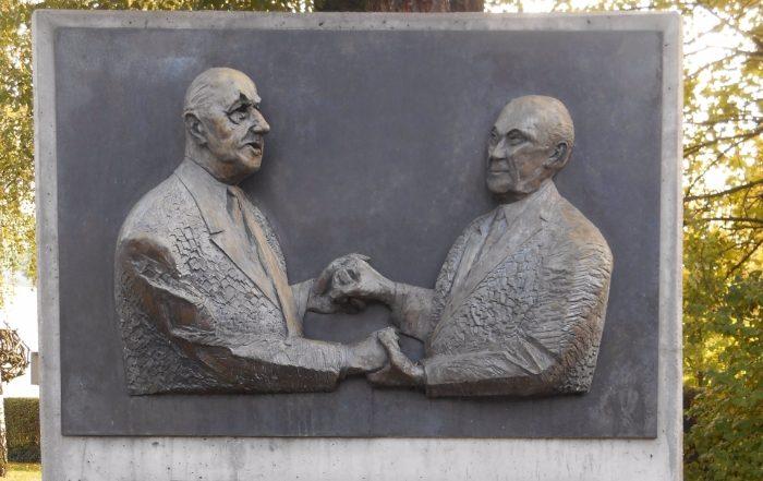 Plaquette in Berlijn die de toenadering tussen De Gaulle en Adenauer verbeeldt - cc