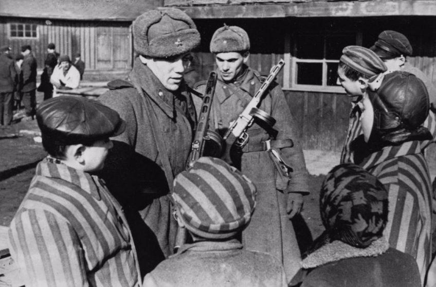 Soldaten van het Rode Leger met jonge gevangenen van Auschwitz bij de bevrijding. (Publiek domein)