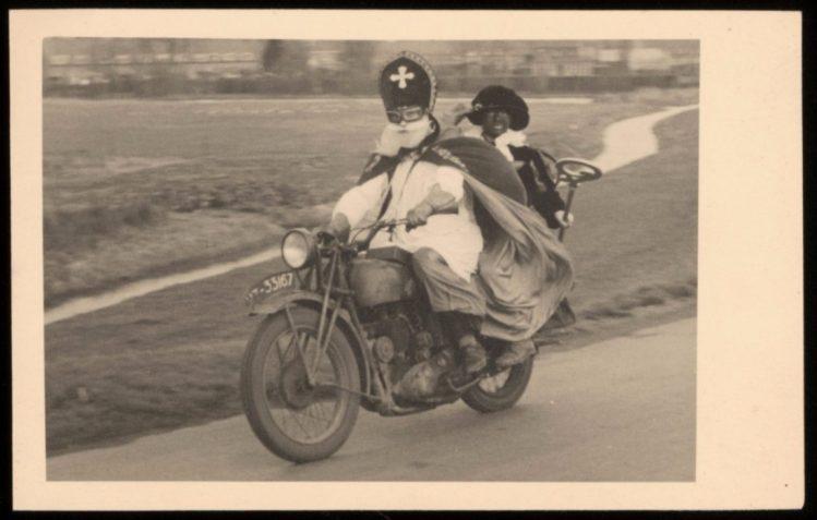 Sinterklaas en Zwarte Piet op de motor (1947) - Nederlands Fotomuseum