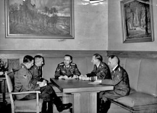 Franz Josef Huber, Arthur Nebe, Heinrich Himmler, Reinhard Heydrich en Heinrich Müller in 1939 in Munich. Bron Bundesarchiv