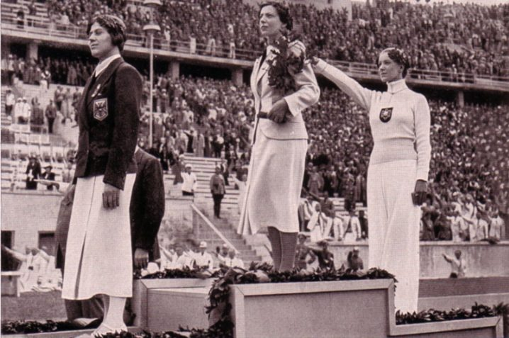 Helene Mayer (rechts) tijdens de Olympische Spelen van 1936