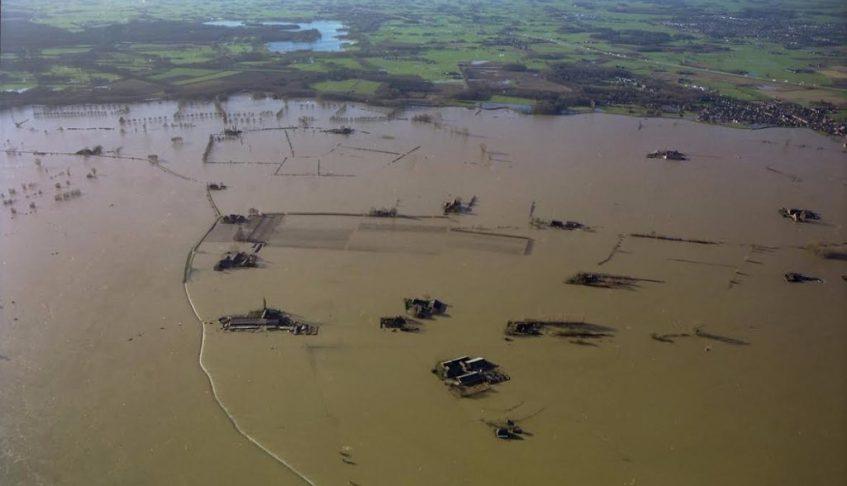 De Wilpse Kleipolder bij Deventer tijdens extreem hoog water; een situatie die vroeger veel voorkwam en tegenwoordig door noodmaatregelen beter in de hand kan worden gehouden. (Foto Paul Paris Les Images)