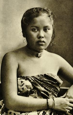 Javaanse vrouw. ( C.J. Kleingrothe/ KITLV) / Medan, via Wikimedia Commons)