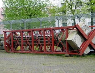 De mirakelkolom, ingepakt in een ijzeren frame op een opslagterrein bij het Ventilatorgebouw van de IJ-tunnel in Amsterdam-Noord (foto: Projectbureau NZ-lijn)