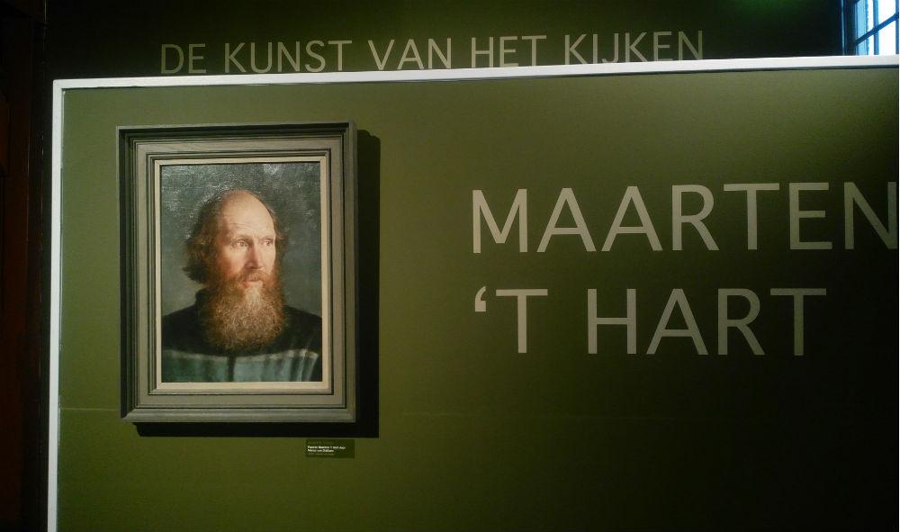 Portret dat Marius van Dokkum van zijn vriend Maarten 't Hart maakte, te zien in de tentoonstelling in Harderwijk (Historiek)