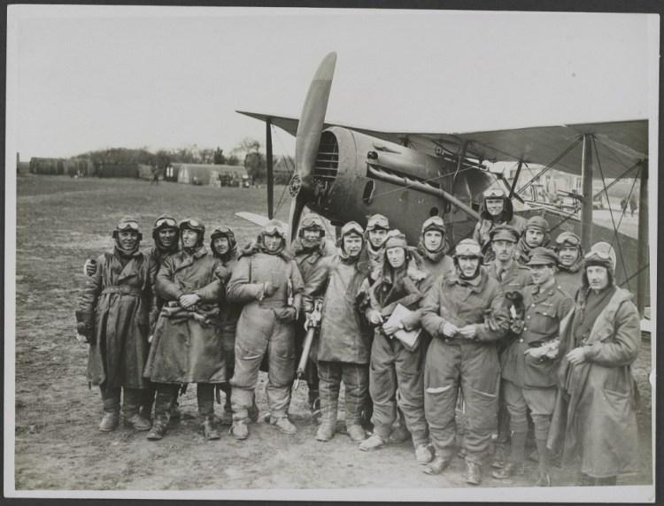 Een Brits RAF-squadron waarvan alle leden minstens 3 vijandelijke toestellen hadden neergehaald. Nationaal Archief.