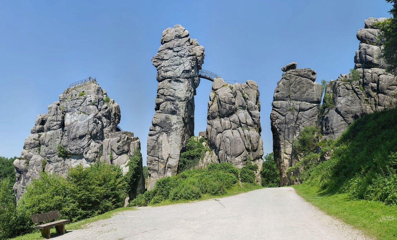 De externsteine een imposante rotsformatie in het teutoburgerwoud - Trappen rots ...
