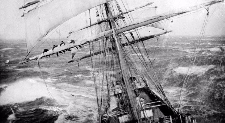 Een gevaarlijk klusje in de mast van een volschip, ca. 1920
