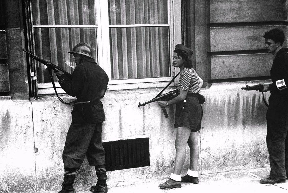 Simone Segouin tijdens de bevrijding van Parijs
