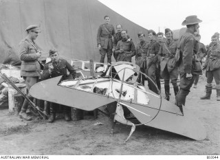 Australische soldaten poseren met het staartstuk van Von Richthofens neergeschoten Fokker, 22 april 1918. Australian War Memorial: https://www.awm.gov.au/collection/E02044/
