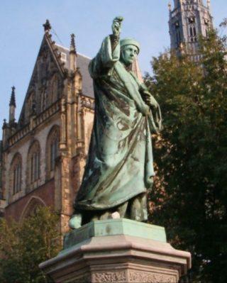 Standbeeld van Laurens Janszoon Coster op de Grote Markt in Haarlem