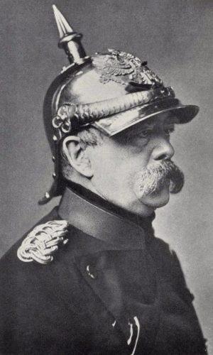 Bismarck als de IJzeren Kanselier, met een Pickelhaube op het hoofd (1880)