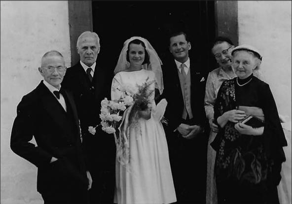Darmstadt, 1958. Het huwelijk van Ingrid en Willem. V.l.n.r. Hilmar, Professor Rengers Hora Siccama, Ingrid, Willem, Muschatz en Jacqueline.