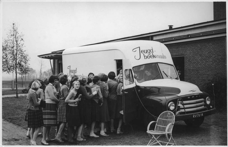 De jeugd was in Nederland ook blij met de bibliobus...