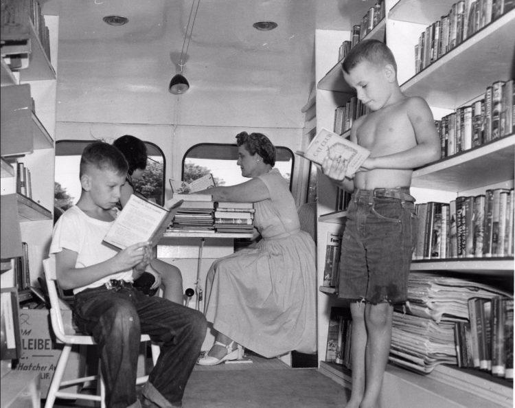 Twee kinderen in een Amerikaanse bibliobus, 1920s