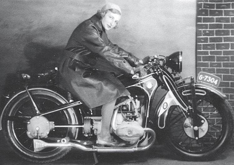 Op de motor 23 jaar (1931). Bron: Matzes en mie