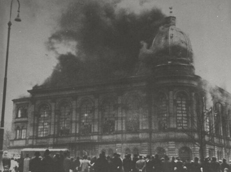 Synagoge in Frankfurt am Main tijdens Kristallnacht. Center for Jewish History, NYC / Publiek