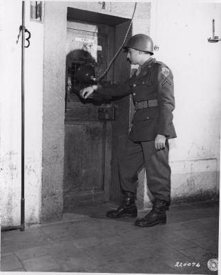 De cel van Rudolf Hess werd constant bewaakt, onder meer om te voorkomen dat hij zelfmoord pleegde - cc