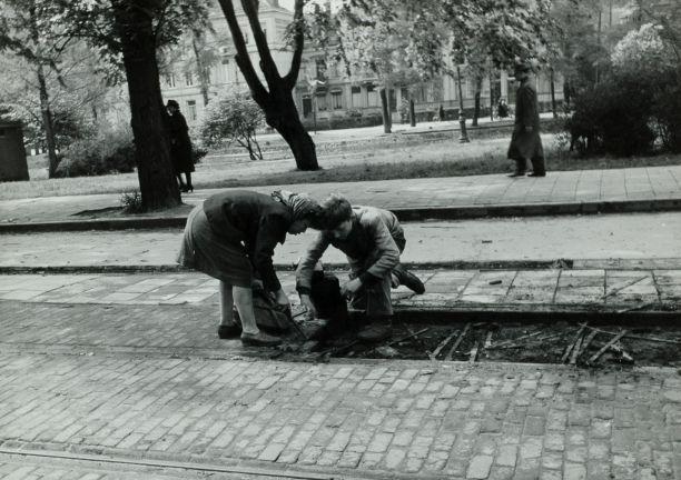 Kinderen roven houtblokjes van tussen de tramrails (wiki - Nationaal Archief)