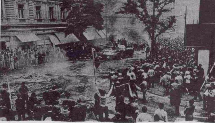 Protest van Praagse inwoners tegen de tanks van het Warschau-pact.