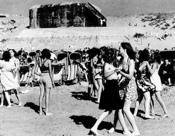 Vrolijke drukte op het strand van Zandvoort in 1947. Op de achtergrond een Duitse bunker; overblijfsel van de Duitse Atlantikwall uit de Tweede Wereldoorlog. (Foto Gemeente Bloemendaal)