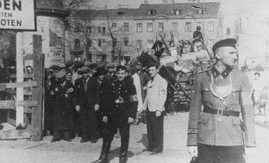 Bewakers bij de ingang van het getto van Lodz