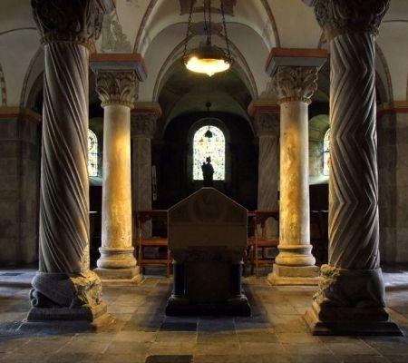 """Crypte in een kerk waar men """"stinkend rijk"""" lag te zijn - cc"""