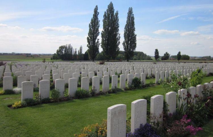 De Tyne Cot Cemetery, waar 8.963 Britten, 1.369 Australiërs, 1.011 Canadezen,  520 Nieuw-Zeelanders, 90 Zuid-Afrikanen, één Zwitser, drie Japanners en 16 Amerikanen liggen. Er werden ook vier Duitsers begraven, waarvan drie niet konden worden geïdentificeerd.