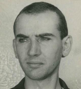 Harm Bouman met kortgeknipt haar in gevangenschap in 1945. Foto: RHC Groninger Archieven / OVCG, toegang 2219, 1348-001.
