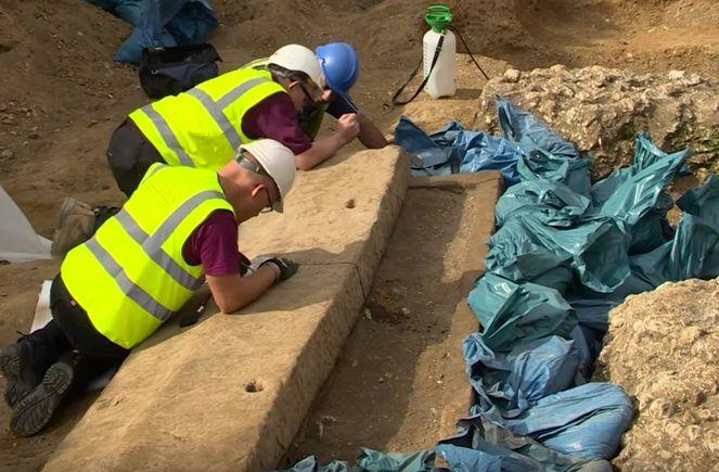 Archeologen bij de sarcofaag (Still YouTube)