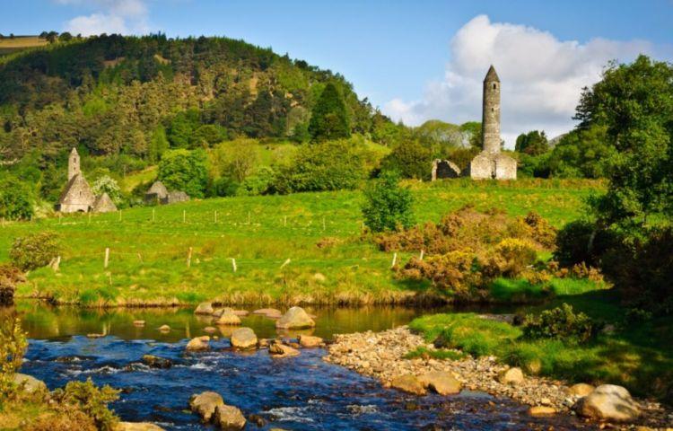 De ronde toren van Glendalough, met links de kerk van Sint Kevin (cc - Joe King)