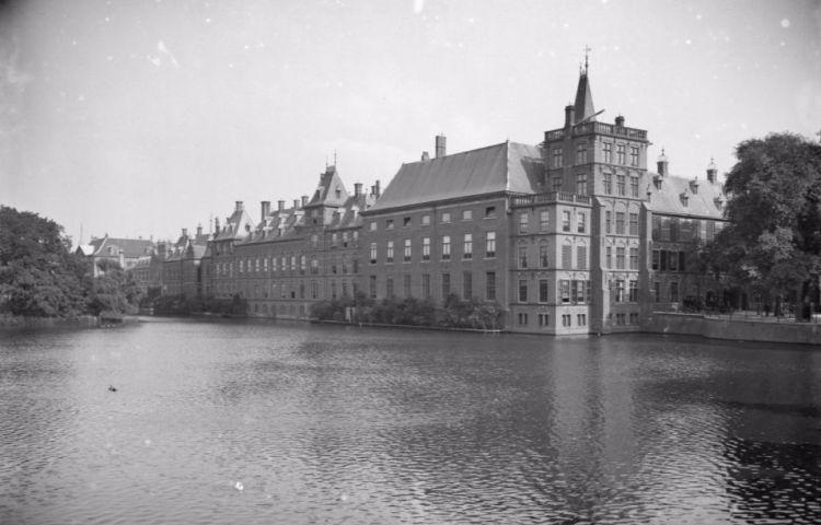 Gezicht op de Hofvijver bij het Binnenhof (wiki)